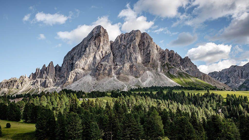 Ein felsiges Bergmassiv ist vor blauen Himmel zu sehen - voller Wert und Würde.