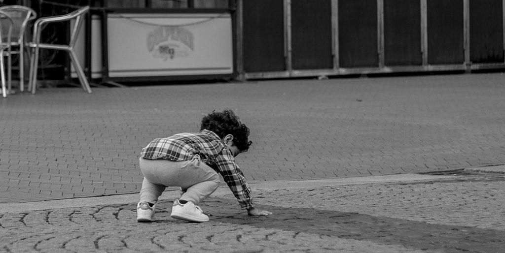 Ein kleiner Jung ist hingefallen und steht wieder auf - so wie wir es beim meditieren machen können.