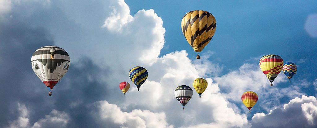 Viele Heißluftballone fliegen in den Himmel wie Lebensträume.