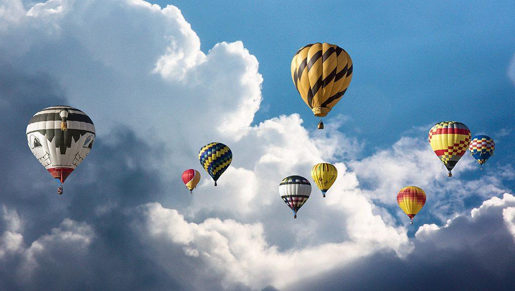 Bunte Heißluftballons fliegen in den Himmel wie bunte Lebensträume, die wir haben.