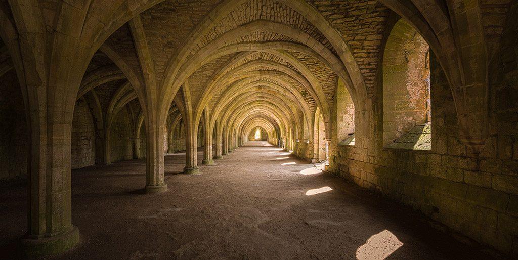 Ein Gewölbe in das durch Fenster Sonnenlicht strömt wie ein Tunnel hin zur Berufung.