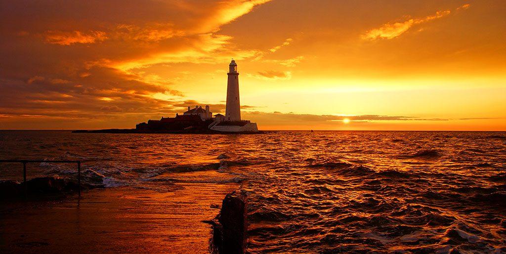 Ein Leuchtturm auf Felsen ist im Abendlicht zu sehen. Werte können für mich dieser Leuchtturm sein.