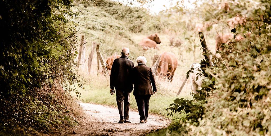 Ein altes Ehepaar geht Hand in Hand, eine Freude seine Eltern versorgen zu dürfen.