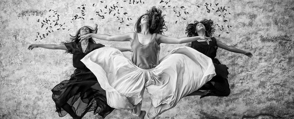 Drei Frauen tanzen mit wehenden Röcken, sie genießen, was sie tun.