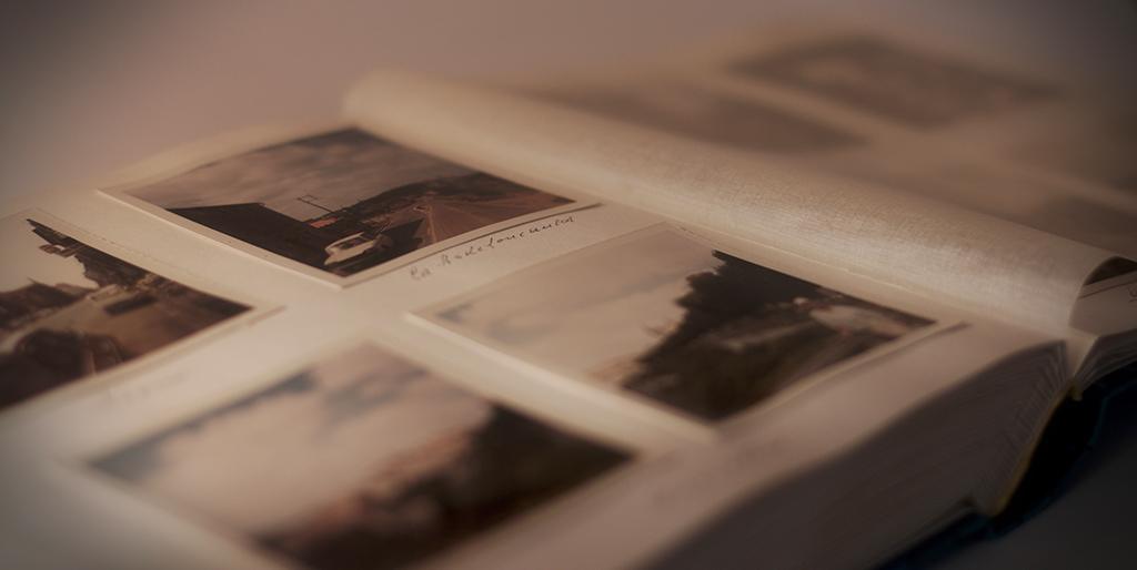 Eingeklebte Fotos in einem aufgeklappten Fotoalbum