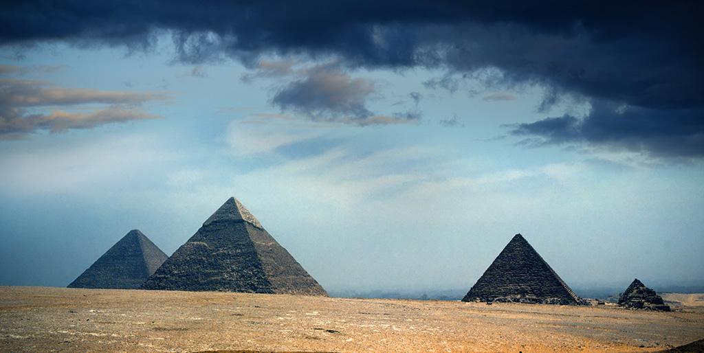 Ägyptische Pyramiden unter einem umwölkten Himmel als Bild für die Frage, die die Ägypter am Ende ihres Lebens erwartet haben.