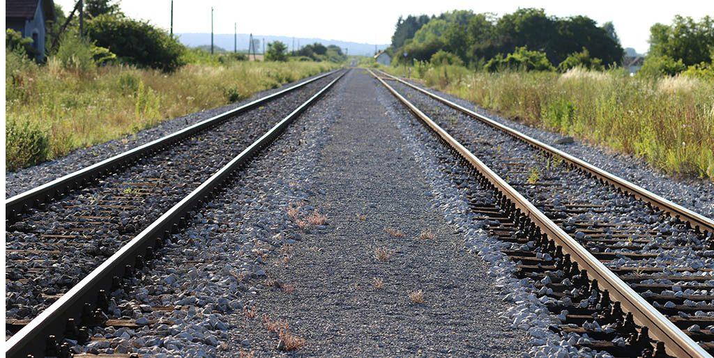 Zwei Schienenstränge laufen parallel zum Horizont, so distanziert wir die Formulierung man in eigenen Aussagen.