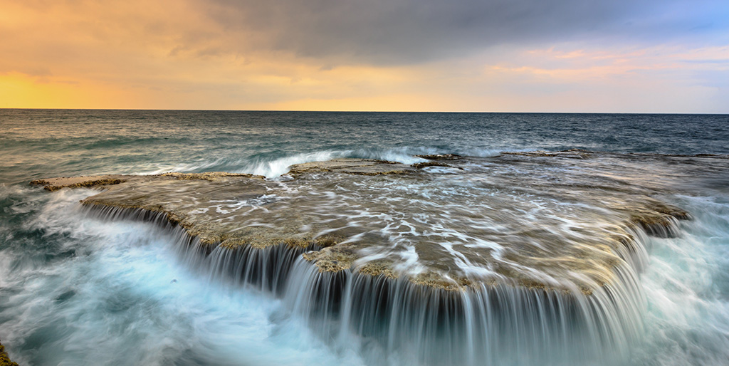 Meerwasser läuft über einen Felsen und ist nicht kontrollierbar - so wie Fehler, die geschehen.