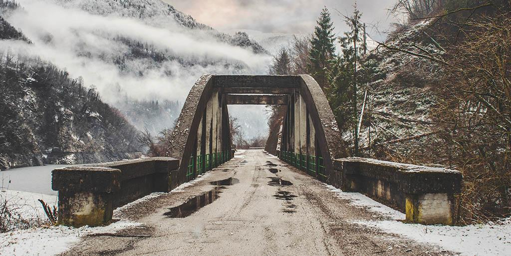 Eine Straße führt über eine Brücke als Bild dafür wie du die Reise deines Lebens wertschätzt.