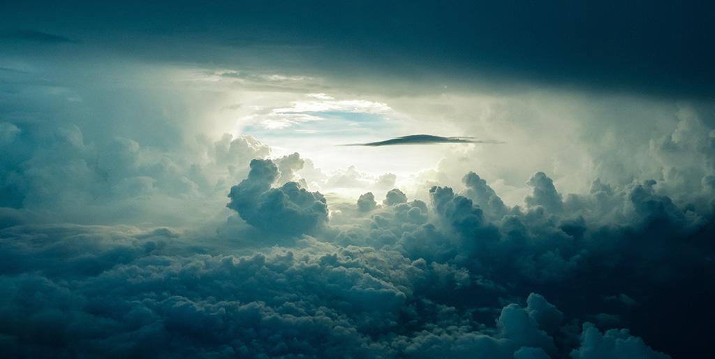 Ein Meer von Wolken öffnet sich ins Helle, zum blauen Himmel - ein Bild für Verantwortung, die mich aus der Opferrolle holt.