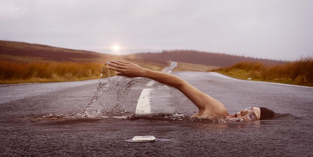 Ein Schwimmer schwimmt im Asphalt quer zur Fahrbahn, ein Bild für den Weg zu deinem Ziel.
